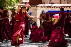 Ein Bündel debattierende tibetanische buddhistische Mönche bei Sera Monastery Stockfotos
