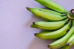 Ein Bündel der jungen grünen Banane stockfotos