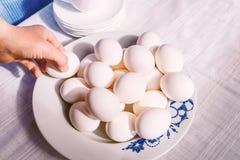 Ein Bündel Eier auf der Platte Stockfotografie