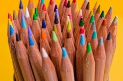 Ein Bündel farbige Bleistifte auf gelbem Hintergrund lizenzfreies stockbild