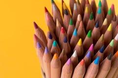 Ein Bündel farbige Bleistifte auf gelbem Hintergrund stockfotografie