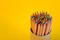 Ein Bündel farbige Bleistifte auf gelbem Hintergrund stockbilder
