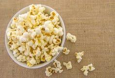 Ein Bündel frisch geknalltes Popcorn Stockfotos