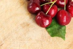 Ein Bündel frische Kirschen, mit einem Blatt Lizenzfreies Stockfoto