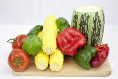 Ein Bündel Gemüse und Früchte einschließlich Tomate Zucchini, Cour lizenzfreie stockfotografie