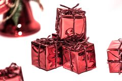 Ein Bündel Geschenke eingewickelt im roten glänzenden Papier lizenzfreies stockbild