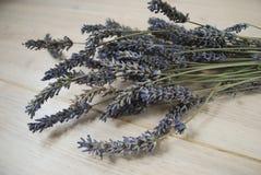 Ein Bündel getrockneter Lavendel blüht auf einem hölzernen Hintergrund Lizenzfreie Stockfotos