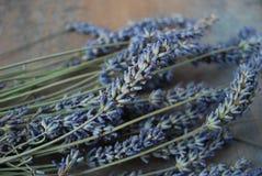 Ein Bündel getrockneter Lavendel blüht auf einem hölzernen Hintergrund Lizenzfreies Stockfoto