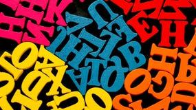 Ein Bündel hölzerne Buchstaben gestapelt durch Farbe Lizenzfreie Stockbilder