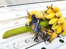 Ein Bündel reife Bananen werden gebissen Stockfoto
