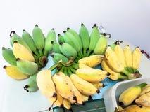 Ein Bündel reife Bananen werden gebissen Lizenzfreie Stockbilder