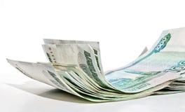Ein Bündel 1000-Rubel-Rechnungen, die unvorsichtig auf der Oberfläche liegen lizenzfreie stockfotografie
