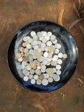 Ein Bündel verschiedene Münzen auf einem Metallbehälter Lizenzfreies Stockbild