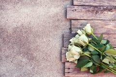 Ein Bündel weiße Rosen stockbild
