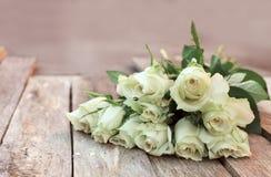 Ein Bündel weiße Rosen stockbilder