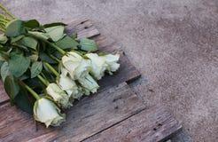 Ein Bündel weiße Rosen stockfotografie