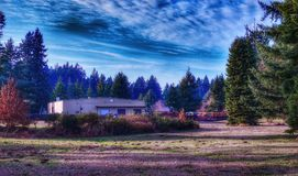 Ein Bürogebäude an einem schönen sonnigen Tag in Olympia Washington stockfotos