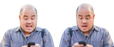 Ein Bürokerl empfangen eine Mitteilung über Smartphone. Er Lizenzfreie Stockfotos