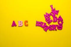 Ein b c mit hölzernen Buchstaben lizenzfreies stockbild
