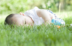 Ein Baby auf Gras Stockfotos