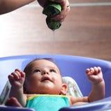 Ein Baby, das in der Badewanne badet Stockfotos