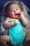 Ein Baby, das in der Badewanne badet Stockfoto
