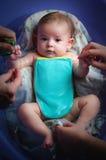 Ein Baby, das in der Badewanne badet Stockbilder