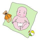 Ein Baby, das mit einem Teddybären und einem Ball liegt Stockfotografie