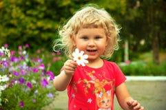 Ein Baby in einem Park Stockfotos