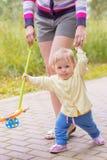 Ein Baby geht mit Mutter Lizenzfreies Stockfoto