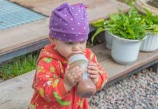 Ein Baby mit einem Flaschenlebensmittel für einen Tag Lizenzfreie Stockfotografie
