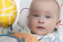 Ein Baby setzt im Schwingen lizenzfreies stockfoto
