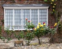 Ein Backsteinhaus mit Rosen auf der Eingangsterrasse, gesehen in Rye, Kent, Großbritannien Lizenzfreie Stockbilder