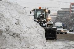Ein Bagger entfernt Schnee von der Stadt Lizenzfreies Stockfoto