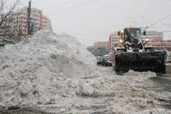 Ein Bagger entfernt Schnee von der Stadt Stockfoto