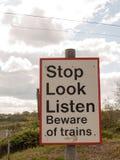 Ein Bahnsicherheits-Zeichen, das Endblick sagt, hören aufpassen vom Zug bezüglich Stockbild