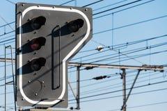 Ein Bahnsignal nahe einer Bahnstation Lizenzfreie Stockbilder