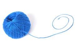 Ein Ball des blauen Fadens Stockfoto