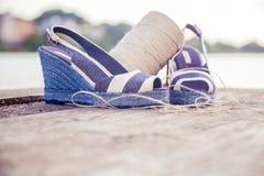 Ein Ball des Garns um Frauensandalen, Schuhe draußen Stockfotos