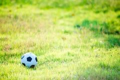 Ein Ball für Straßenfußballfußball unter dem Sonnenuntergangstrahlnlicht stockfotografie