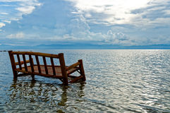 Ein Bambusstuhl wird im Ozean getränkt Lizenzfreie Stockfotos