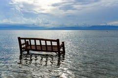 Ein Bambusstuhl wird im Ozean getränkt Lizenzfreies Stockbild