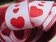 Ein Band mit roten Herzen und Grenzen Stockbild