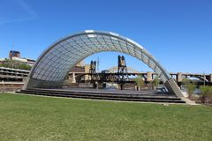 Ein Band Shell Frames eine Hubbrücke Stockfoto