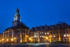Ein barock-classicistic historisches Rathaus nachts stockfotografie