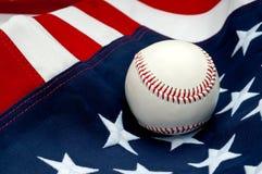 Ein Baseball auf der amerikanischen Flagge Lizenzfreie Stockfotos