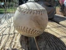 Ein Baseball auf einer Bank am Baseballfeld Lizenzfreies Stockfoto