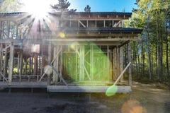 Ein Bau und eine Reparatur eines privaten Rahmenhauses, -natur und -harmonie des Landes stockbilder