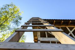 Ein Bau und eine Reparatur eines privaten Rahmenhauses, -natur und -harmonie des Landes lizenzfreies stockfoto