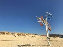 Ein Baum auf einem Strand mit hängenden Schals Lizenzfreies Stockfoto